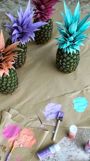 centros de mesa con piñas pintadas a mano