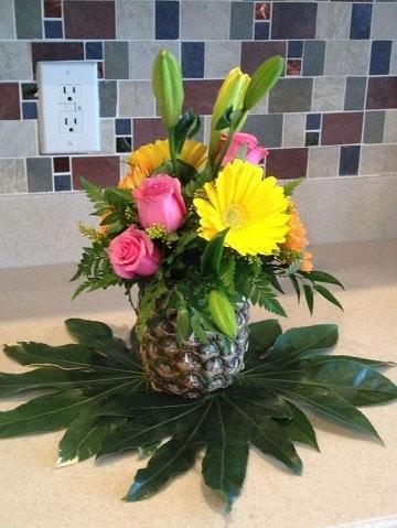 centros de mesa con piñas y flores