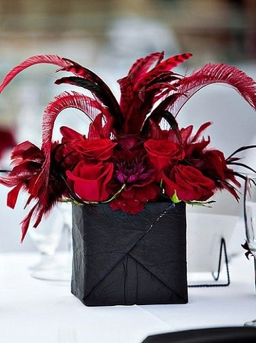centros de mesa con plumas y flores