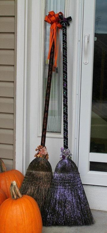 escobas decoradas para halloween con cinta
