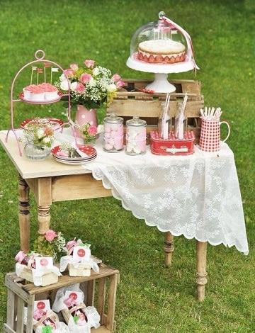 mesa de dulces con huacales para fiestas