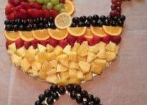 Originales adornos en mesa de frutas para baby shower