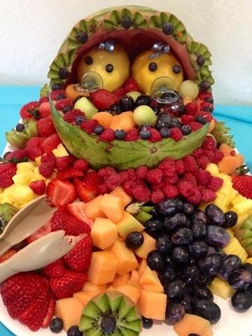 mesa de frutas para baby shower de gemelos