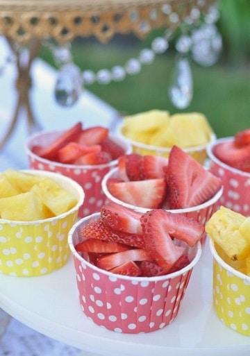 mesa de frutas para baby shower sencillos