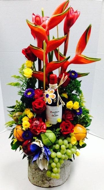 ramos de flores con frutas con botella vino