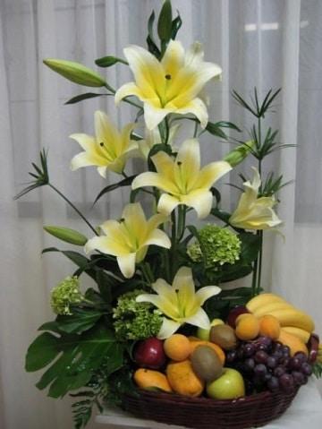 ramos de flores con frutas para fiestas