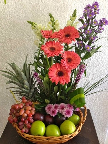 ramos de flores con frutas para regalar