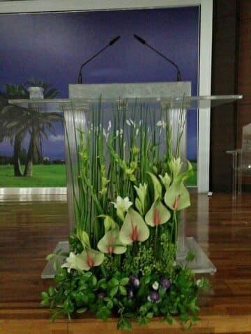 arreglos florales para altares blancas