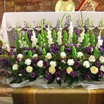 arreglos florales para altares  morado y blanco