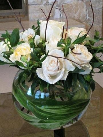 arreglos de mesa con peceras y flores