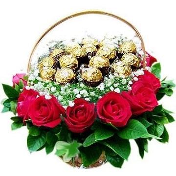 arreglos florales con chocolates en canasta