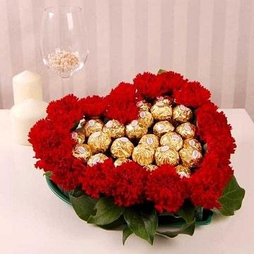 arreglos florales con chocolates forma de corazon