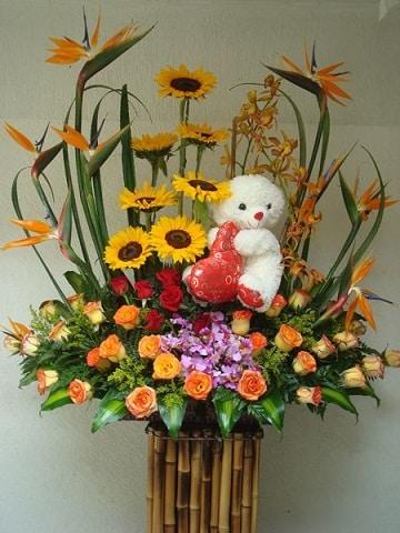 arreglos florales con peluches y girasoles