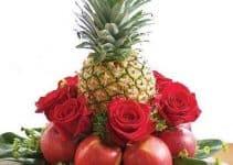 Diversos arreglos florales tropicales para fiestas