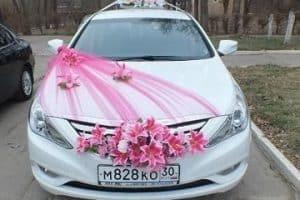 Diversos ornamentos y arreglos para carro de novia