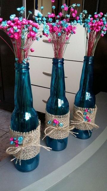 centros de mesa azules con botellas
