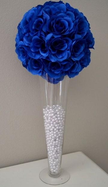 centros de mesa azules con flores