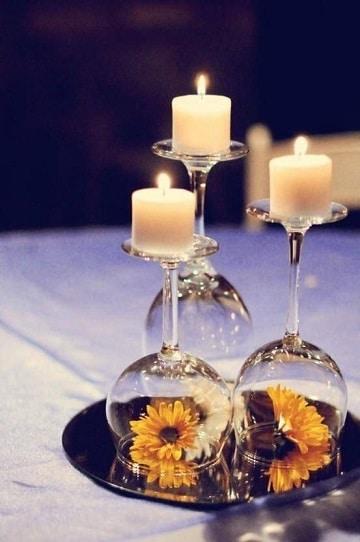centros de mesa con candelabros con girasoles