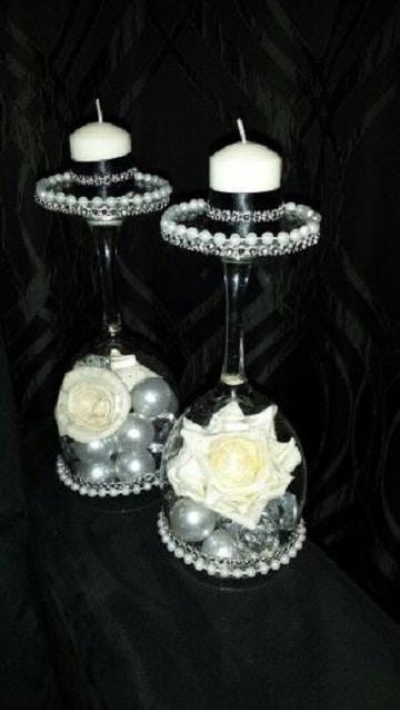 centros de mesa con candelabros con rosas