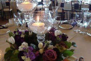 Sencillos y elegantes centros de mesa con copas y velas