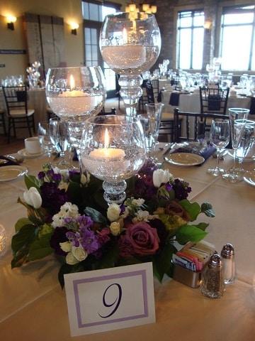 centros de mesa con copas y velas para bodas