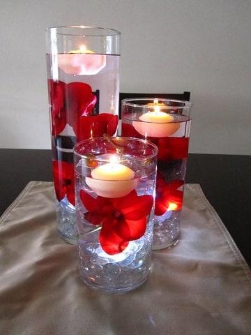 centros de mesa rojo y blanco velas