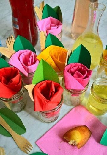 rosas con servilletas de papel en vaso