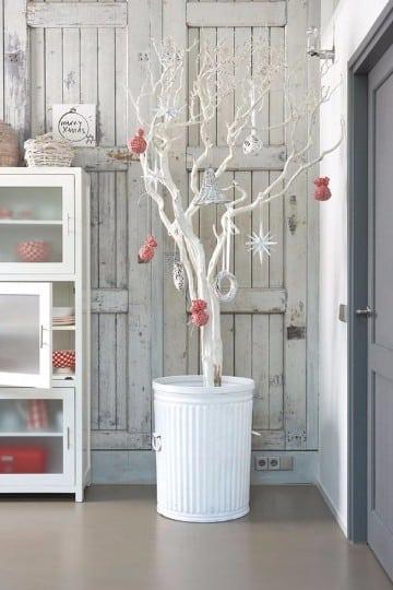 arbol de navidad de ramas secas blancas