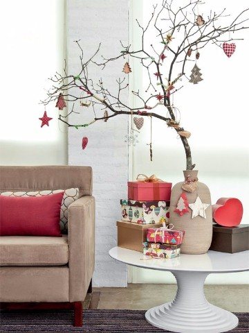 arbol de navidad de ramas secas con adornos