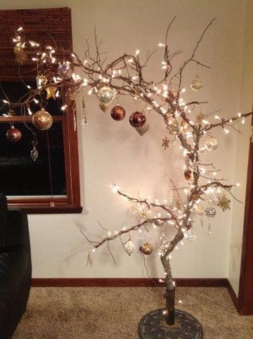 arbol de navidad de ramas secas y luces