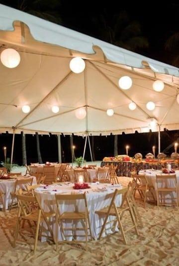 boda en la playa de noche con toldo