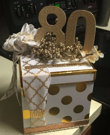 centro de mesa para 80 años dorado