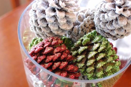 centros navideños con piñas de colores