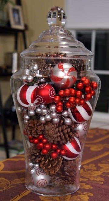 centros navideños con piñas y bolas