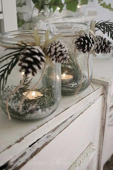 centros navideños con piñas y velas