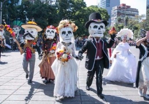 como se festeja el dia de los muertos en mexico con caravanas