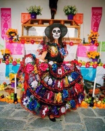 como se festeja el dia de muertos en mexico con trajes