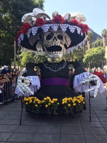 como se festeja el dia de muertos en mexico en desfiles