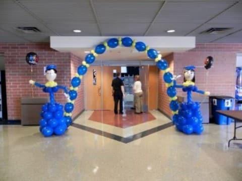 decoracion de globos para graduacion en azul
