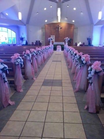 arreglos florales para iglesia xv años rosa