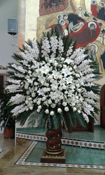 arreglos florales para iglesias cristianas solo blancas