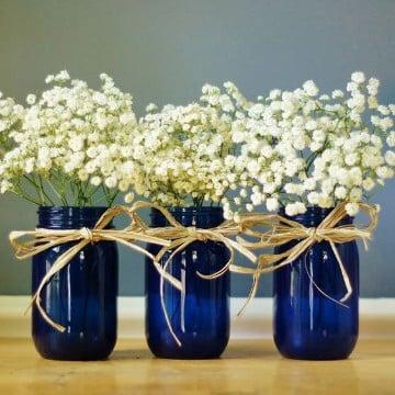 centros de mesa azules con frascos