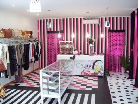 Un original dise o de locales comerciales peque os for Decoracion de negocios de ropa