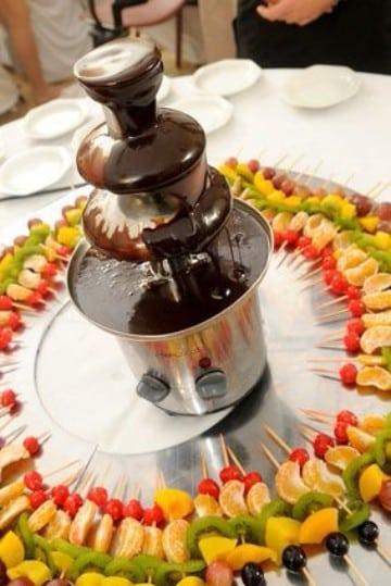 mesas de frutas para 15 años con chocolate