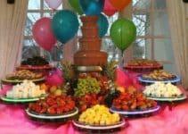 Adornos y diseños en mesas de frutas para 15 años
