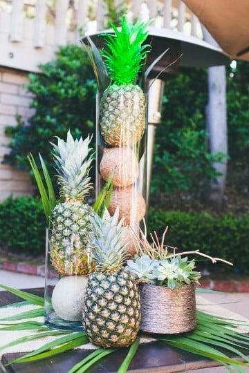 piñas decoradas para centro de mesa hawaianas