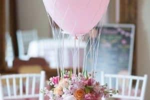 Un original arreglo de flores con globos para decorar