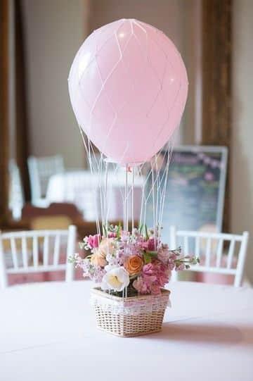 arreglo de flores con globos para decorar