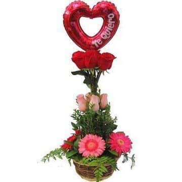 arreglo de flores con globos