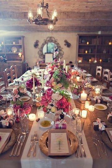 arreglos de mesa con velas y flores